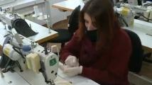 Русенската гимназия по облекло шие маски