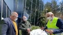 Борисов и ген. Мутафчийски инспектираха смолянски завод, реорганизирал се в производство за предпазни средства