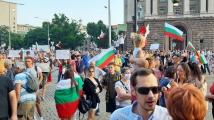 15-ти поред антиправителствен протест в София, семки и бонбони летяха към МС