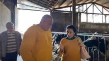 Борисов на посещение в кравеферма, разяснява мерките заради COVID-19