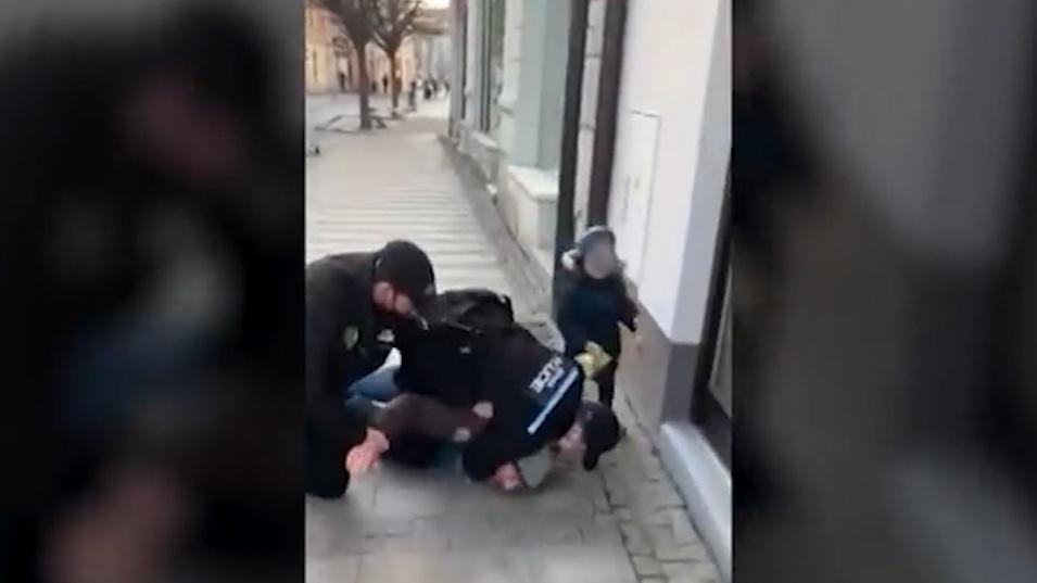 Полицаи натръшкаха мъж без маска пред негово дете