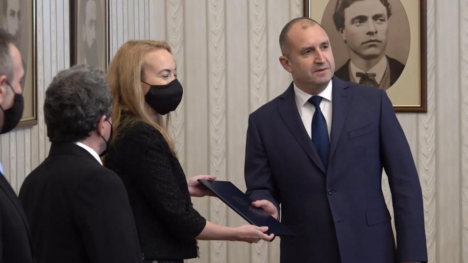 Румен Радев връчи мандат за съставяне на правителство на Антоанета Стефанова от ИТН, тя го върна