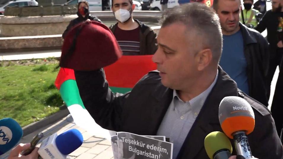 ВМРО удариха парламента с лика на Ердоган и фес за партията на Слави