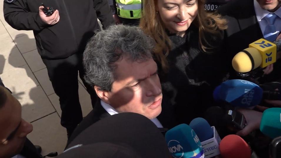 Протестиращи опитаха да сложат фес на Тошко Йорданов, той обяви: Този парламент няма да изкара повече от месец
