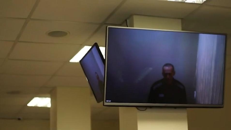 Навални се яви на съдебно заседание чрез видеовръзка от затвора, доста отслабнал след гладната стачка