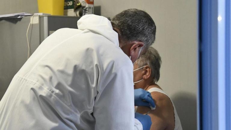 Имунолог: Хората да се изследват за антитела още след първата игла