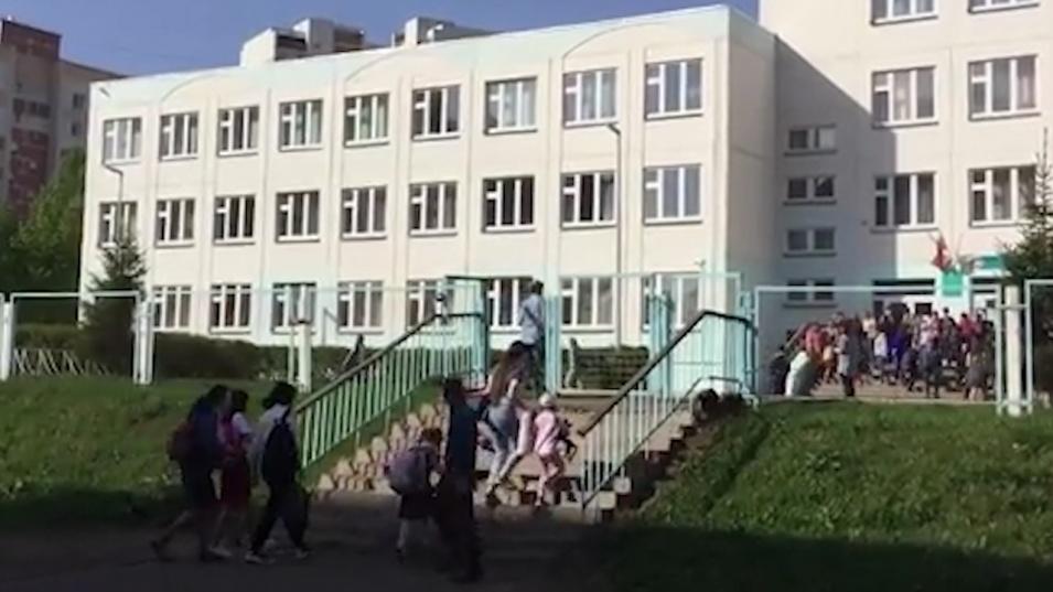 Подновиха занятията в училищата в Казан