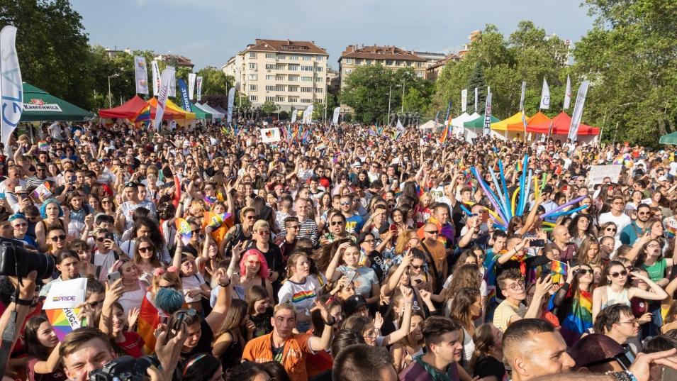 Десетки хора се събраха в центъра на София  за традиционния Прайд