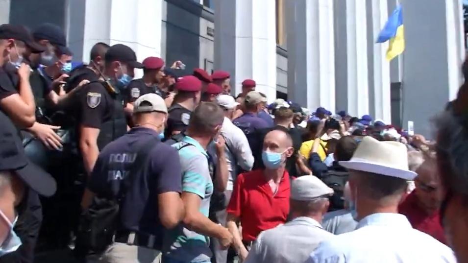 Пенсионирани полицаи се биха с бивши колеги пред парламента в Киев