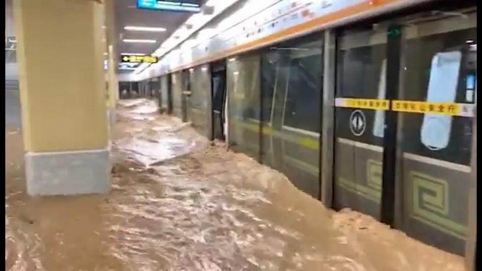 Най-малко 12 души загинаха при наводнения в китайската провинция Хънан