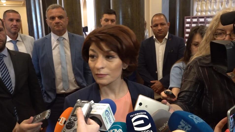Атанасова: Надяваме се, че ще успеят да си разделят порциите в държавата и министерските кресла