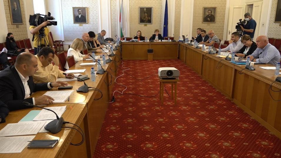 Депутатите обсъждат драстичното намаление на заплатите си, първи сблъсък в комисията