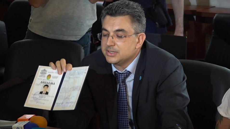 Кандидат-премиерът си показа дипломите вместо да каже кои са бъдещите министри